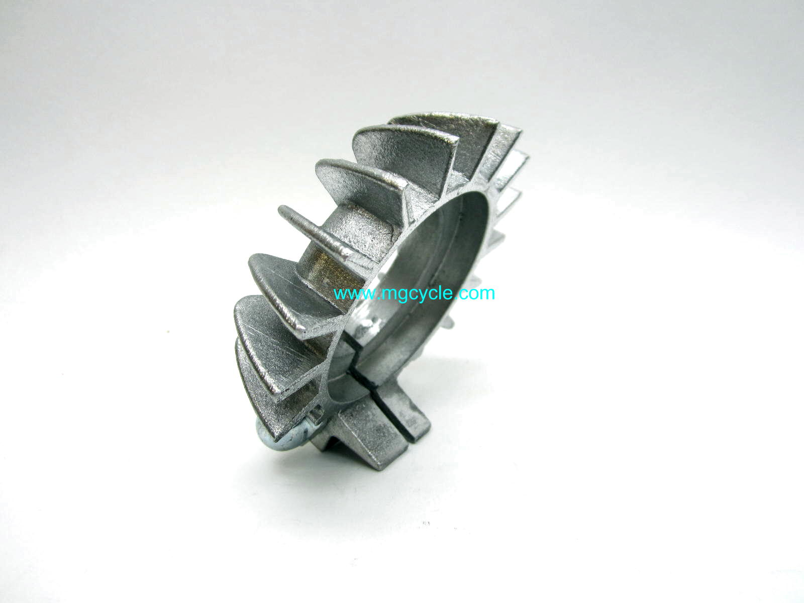 Header pipe nut clamp with cooling fins